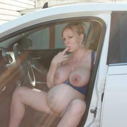 Schwangere Brüste im Auto