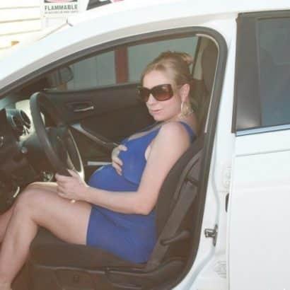 Sie hat schwangere Brüste