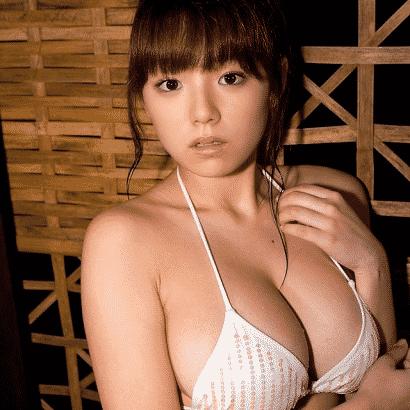 ASiatin halbnackte Brüste