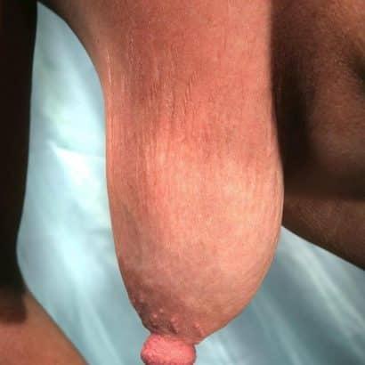 Hängende Brüste zeigen