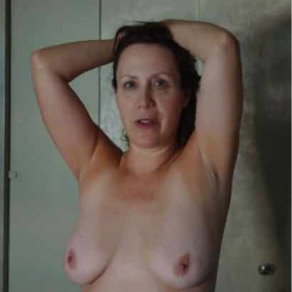 Kleine Nackte Titten unter der Dusche
