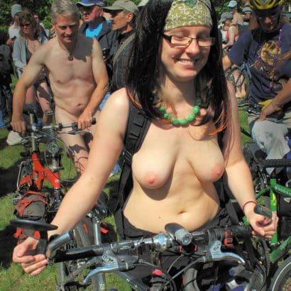 Nackte Brüste auf dem Fahrrad