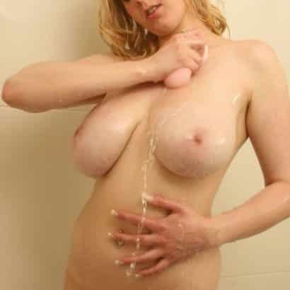 Nackte Brüste einseifen