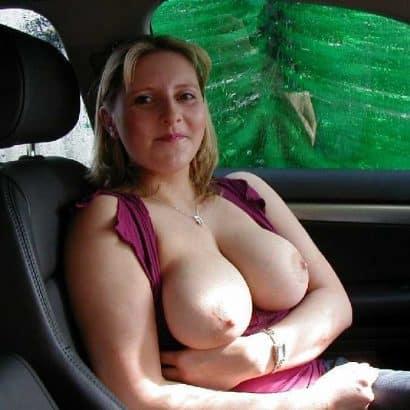 Nackte Brüste im Auto