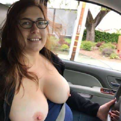 Nackte Brüste im Auto zeigen