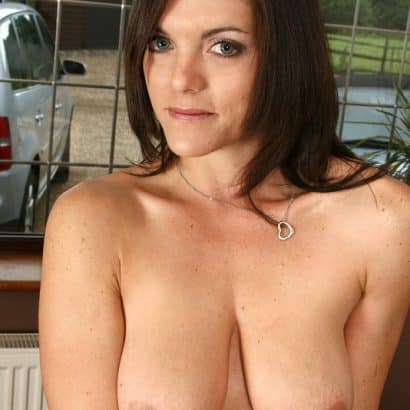 Schwarzhaarige Nackte Brüste