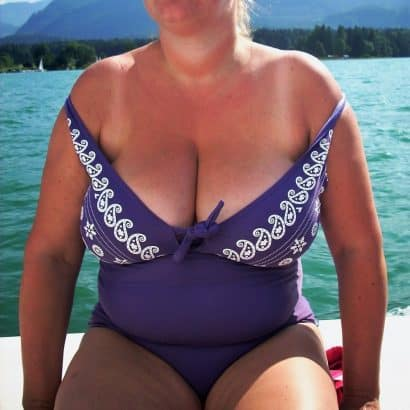 halbnackte Brüste Badeanzug