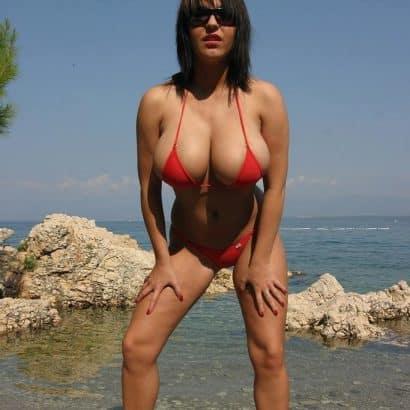 halbnackte Brüste kleiner Bikini