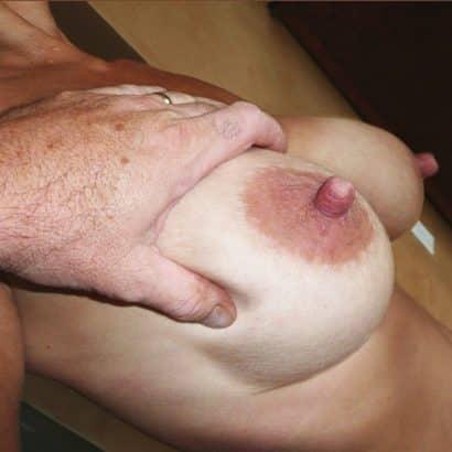 steife Brustwarzen in der Hand