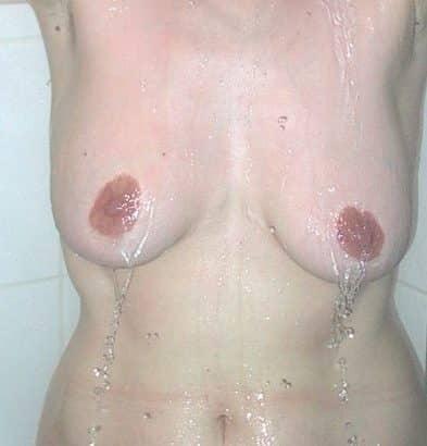 Frauenbrüste in der Dusche