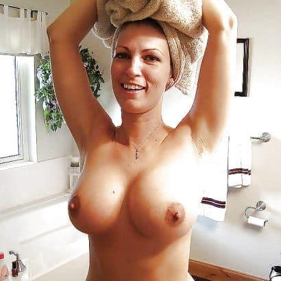 Nackte Möpse nach dem duschen