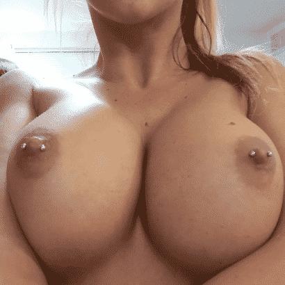 Perfekte Brüste mit Piercing