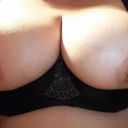 Geile Brustwarzen zeigen
