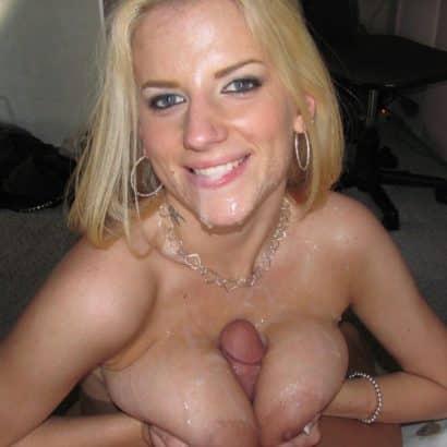 Blondine Schwanz zwischen den Titten
