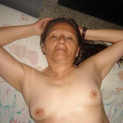 Auf dem Bett Kleine Brüste
