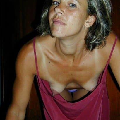 Kleine Brüste im Kleid