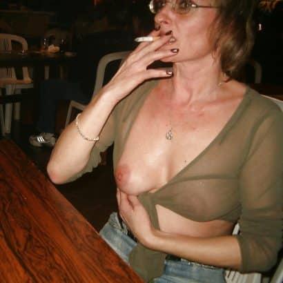Oma zeigt Brust
