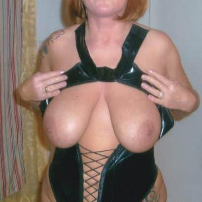 Große Brüste in Lack