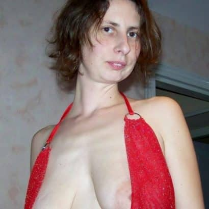Hängede Titten im Kleid