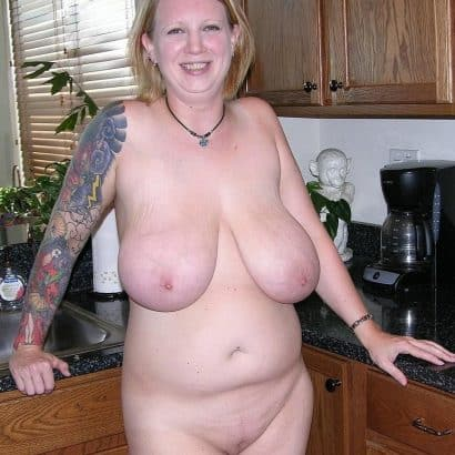 Hängede Titten in der Küche