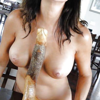Holzdildo zwischen den Brüsten