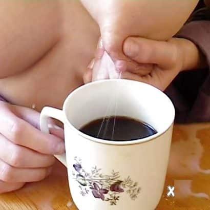 Titten melken in Kaffee