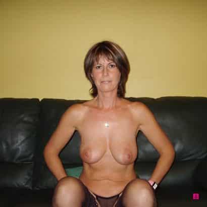 Sexy Titten auf dem Sofa