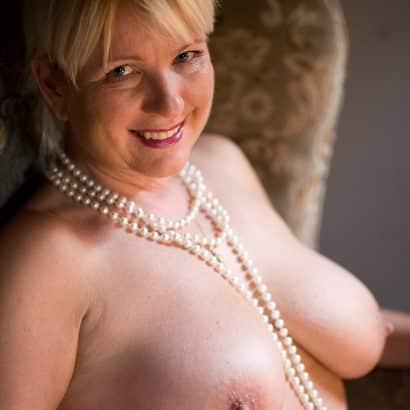 Nackte Titten mit Perlen